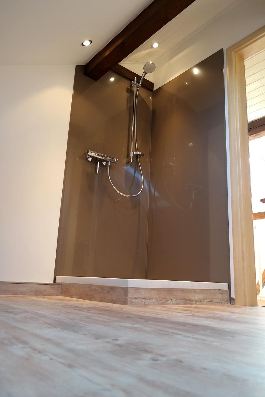 Ein pflegeleichter und fugenfreier Fliesenersatz sind die modernen Duschrückwände. Erhältlich sind sie in vielen verschiedenen farben und Motiven. Aufgrund ihrer hohen Qualität sind sie in der Dusche, aber auch in anderen Bereichen ein toller Blickfang.