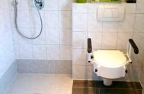 Eine barrierefreie Dusche ist nicht nur komfortabler zu begehen, sie lässt das Bad auch großzügiger wirken.