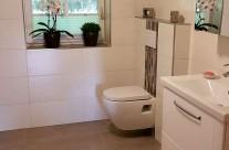 Badezimmer gestaltung mit Bordüren und schlichten Wandfliesen. Mit einer eingearbeiteten Streifenbordüre oder einer Mosaikbordüre, kann man den Duschbereich oder den Bereich hinter dem WC sehr schön betonen. Auch einzelne Wandbereiche, wie z.B. hinter dem Waschbecken, können damit optisch hervorgehoben und betont werden.