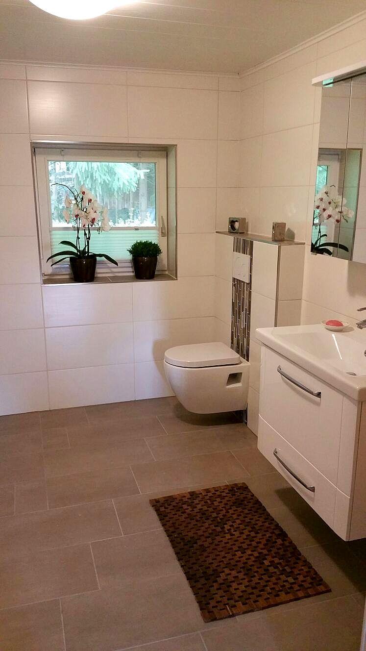 Badezimmer gestaltung mit Bordüren und schlichten Wandfliesen. Mit ...