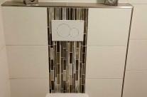 Eingearbeitete Bordüre als Blickfang hinter dem WC