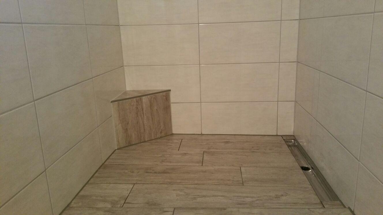 Barrierefrei – Integrierte Eckbank in bodenebener Dusche