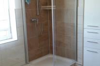 Eck-Duschen sind eine sehr gute Variante für einen modernen Look – Zu diesem cleveren Design kann man beispielsweise kleine Eckregale integrieren.