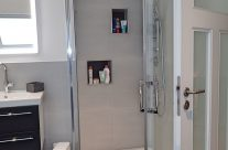 Moderner Duschbereich mit integrierten Duschfächern