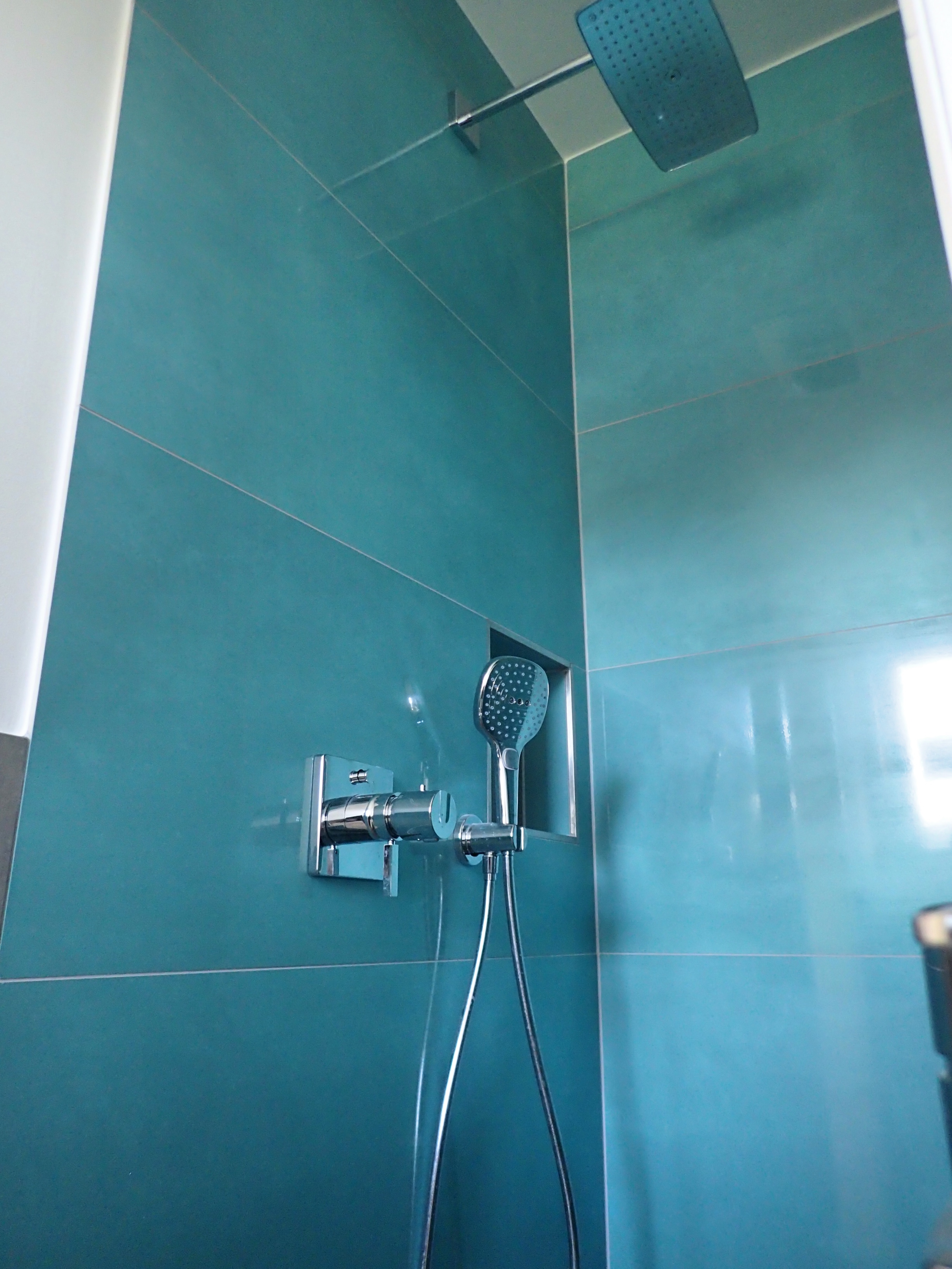 Duschbereich – Große Fliesen lassen sich leichter pflegen! Die Reinigung kleiner Fliesen erfordert mehr Zeit und Aufwand, weil die Fugen zahlreicher sind.