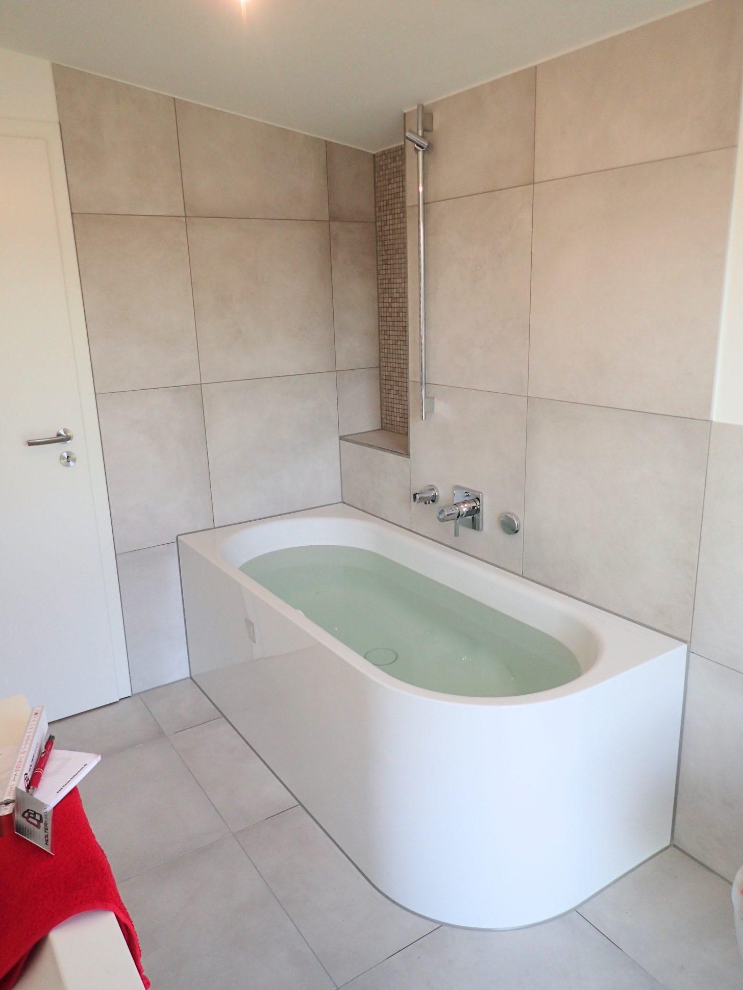 Hier ist ein helles und freundliches Badezimmer entstanden
